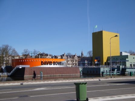 Left side of the Groninger Museum on 1 April, 12.05 PM, plus a green refuse container as 'Design Coulisse'. Photo Marjan Groot.